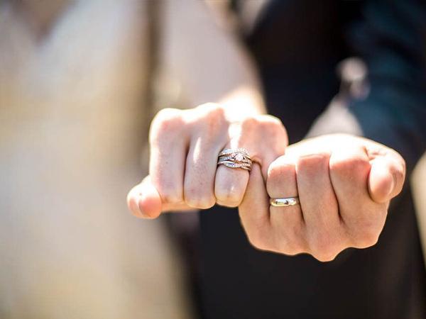 Đeo nhẫn cưới tay nào